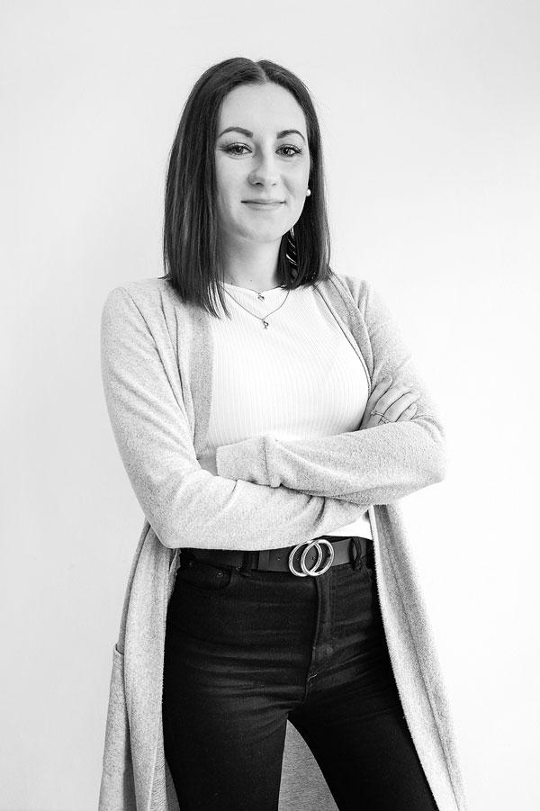 Schwarz Weiß Portrait Elisa Moehlmann Position Content Creation